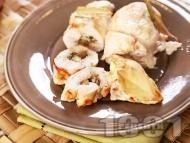 Печено пилешко вретено от пържола пълнено със синьо сирене, гъби и кисели краставички на фурна